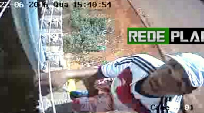 Dupla de ladrões furtam câmera de segurança e equipamento registra tudo; veja o vídeo.