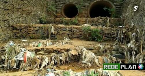 Lixo acumulado, poluição e abandono no parque ecológico.