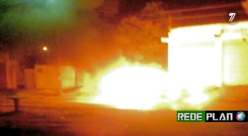Carro pega fogo na QD. 02 Norte, a suspeita é que tenha sido criminoso.