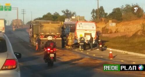 Acidente entre ônibus e caminhão deixa o trânsito complicado nesta manhã na Epia Norte.