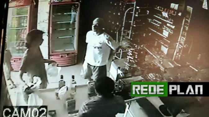 Câmeras de segurança registram ação de assaltantes em mercado no setor norte hoje pela tarde.