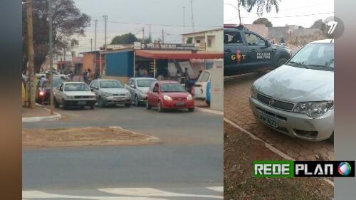 Após assalto, ladrões batem carro roubado em dois veículos e fogem.