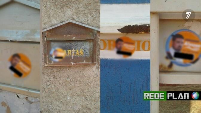 POLÍTICA SUJA -Adesivos políticos colados nas portas de casas sem permissão.