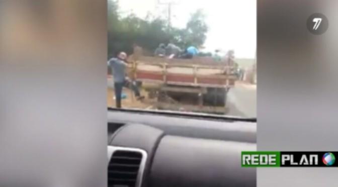 VÍDEO: Impróprio, caminhão aberto é usado para coleta de lixo em Planaltina-GO.