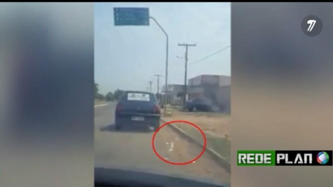 VÍDEO: Há poucos dias das eleições, veículo é flagrado espalhando sujeira eleitoral pelas ruas da cidade.