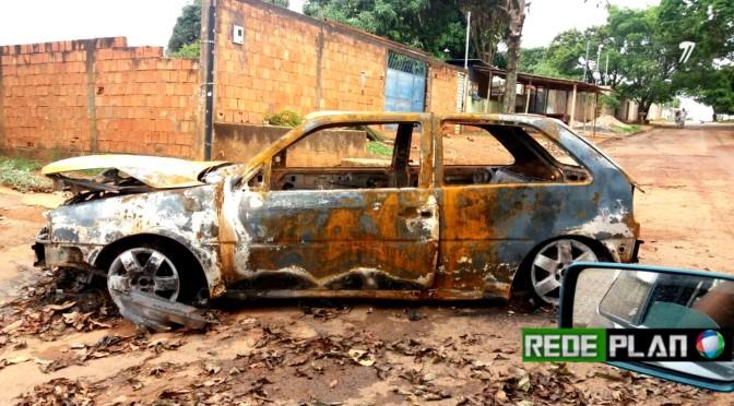 Carro queimado há uma semana continua no meio da rua no setor Sul | Rede Plan