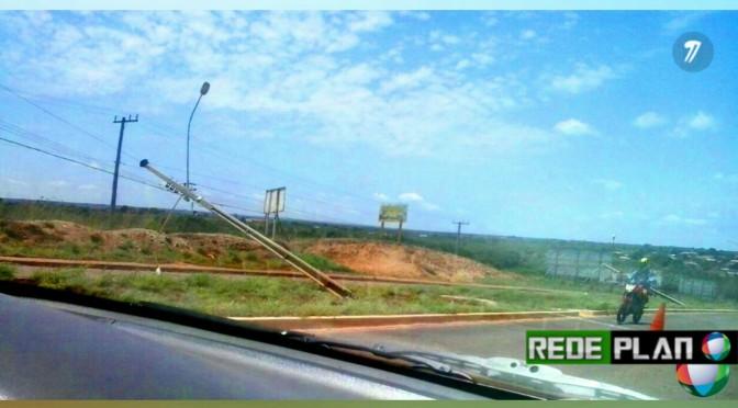 Postes na entrada da cidade ficam caídos após acidente de trânsito | Rede Plan