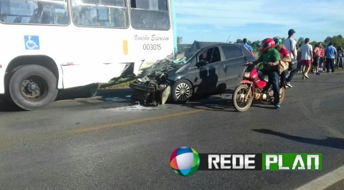 Veículo atinge em cheio a traseira de ônibus na DF-128 nesta manhã | RP