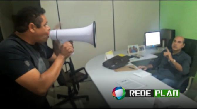 VÍDEO: Servidor público entra no gabinete do Dr. Davi com megafone e desabafa | RP