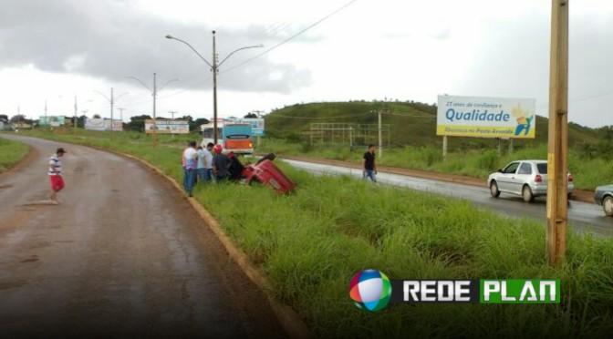 Veículo capota na saída da cidade na tarde desta quarta-feira (29) e deixa feridos | RP