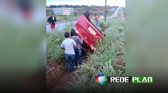 Em 24 horas dois carros capotam no mesmo lugar devido buracos em Planaltina-GO | RP
