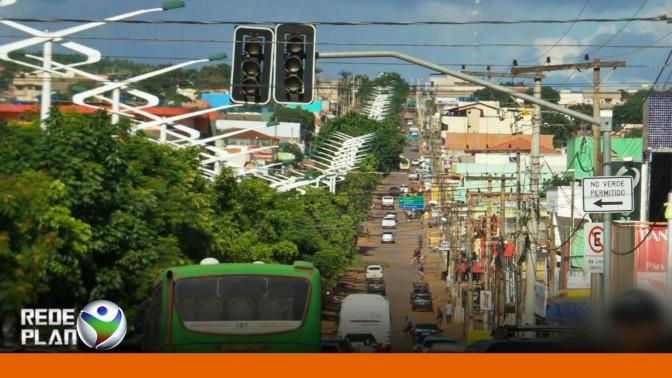 Peça chega e semáforo do cruzamento da feira é finalmente consertado | RP