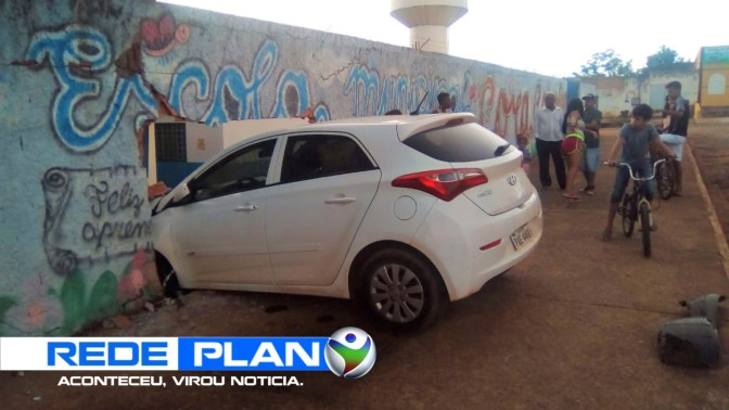 Motorista perde o controle do carro e invade escola na quadra 8 norte   RP