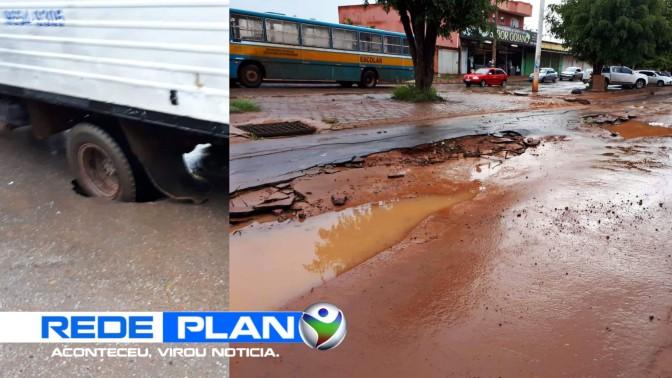 Obra de esgoto mal feita abre buraco e caminhão cai dentro, em Planaltina-GO | RP
