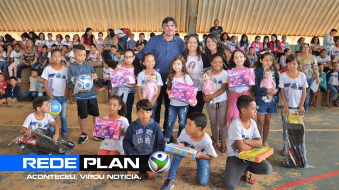 Prefeito e primeira-dama entregam brinquedos para crianças nas escolas da cidade | RP