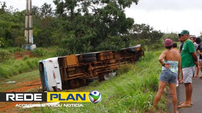 Ônibus tomba na BR-020 e 19 pessoas ficam feridas; duas em estado grave   RP