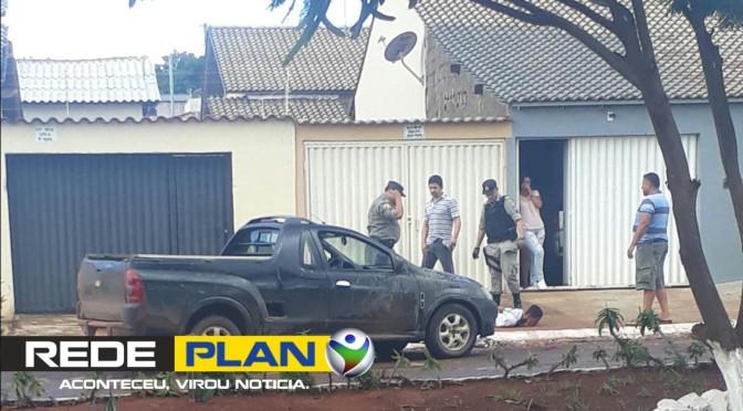 Assaltante apanha de cidadão após roubar um idoso na praça central de Planaltina Goiás | RP