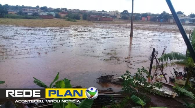 Após chuva desta segunda-feira (25), 12 oeste fica alagada e morador cobra da administração | RP