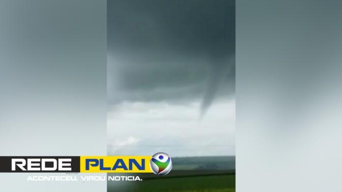 O registro de um 'quase tornado' em Planaltina Goiás assusta moradores   RP