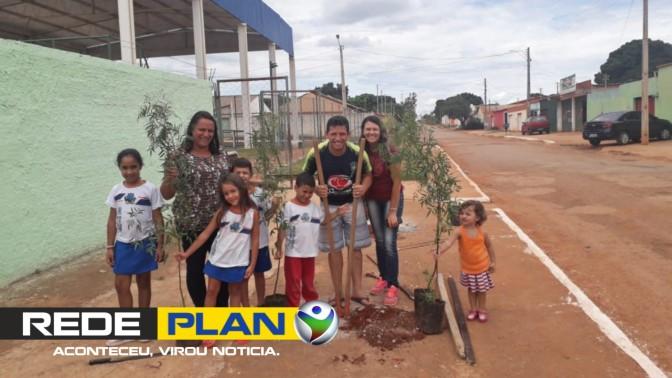 Morador do Jardim Paquetá planta árvores em escola do bairro   RP