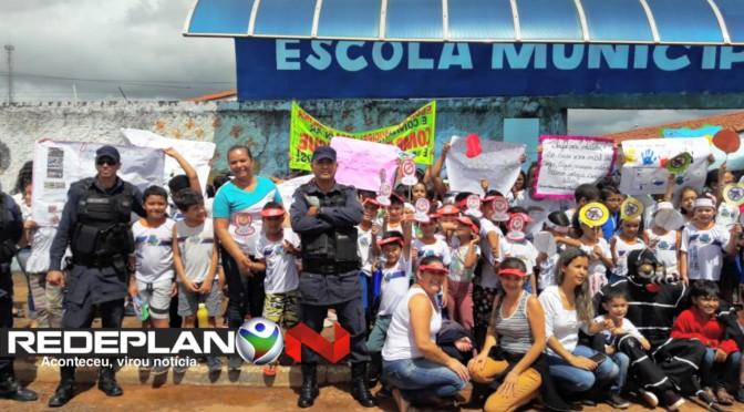 Alunos da Escola M. Cora Coralina fazem ação contra a dengue na 8 norte   RP