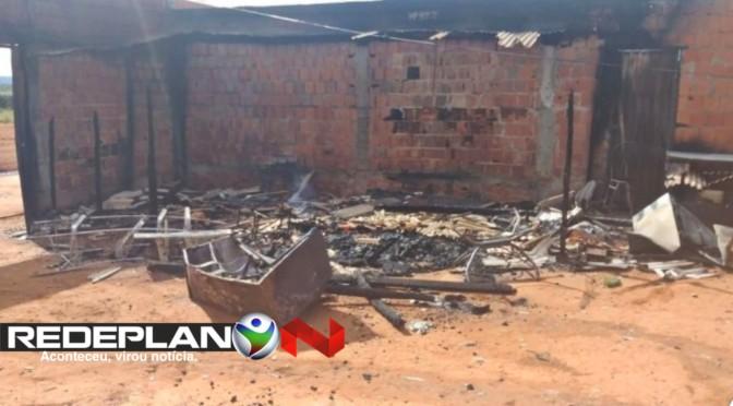 Casa de suspeitos de espancar crianças em Planaltina-GO e incendiada por moradores | RP